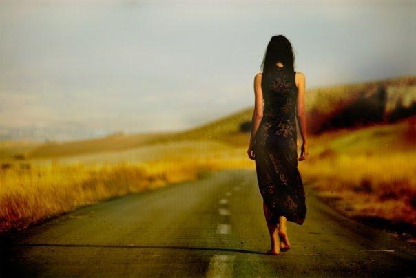 Mujer caminando fondos de pantalla gratis